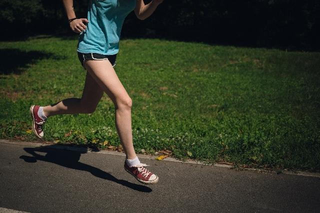 ジョギング女性足元