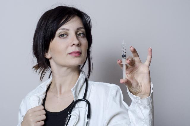 注射器を持つ女医
