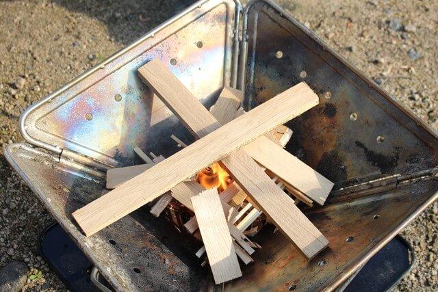 底の焚き付けに着火