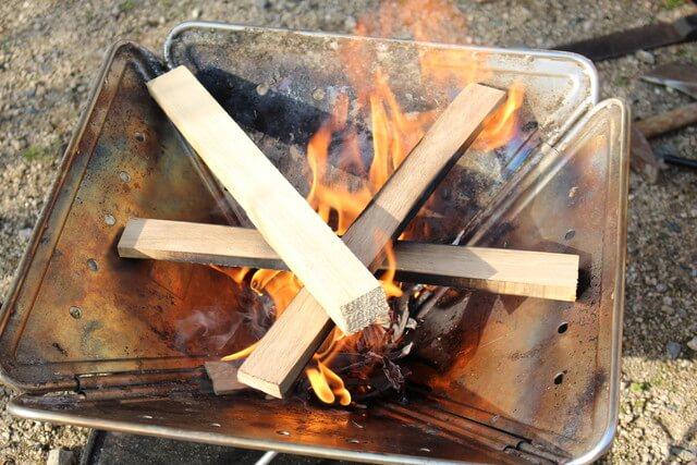 燃え盛る焚き火